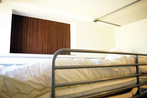 Dormitory 301/ベッドサイドの棚
