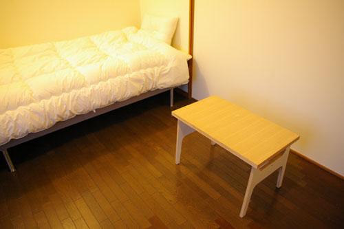 Room 203/ベッドサイド